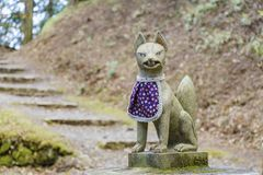 在Enryaku籍附近的Fox雕象 免版税库存照片