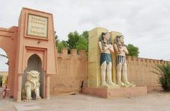 在entranse的埃及人雕象对地图集戏院演播室在摩洛哥 免版税图库摄影