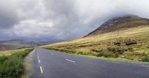 在Errigal山附近的路 免版税库存照片