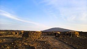 在Erta强麦酒火山, Danakil附近的熔岩荒野,在远处,埃塞俄比亚 库存照片