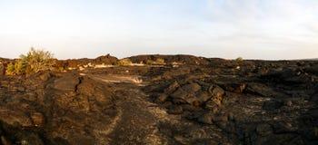在Erta强麦酒火山, Danakil,在远处埃塞俄比亚附近的熔岩荒野 图库摄影