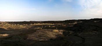 在Erta强麦酒火山, Danakil,在远处埃塞俄比亚附近的熔岩荒野 库存图片
