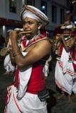 在Esala Perahera期间,长笛演员沿康提街道执行在斯里兰卡 图库摄影