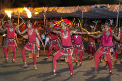 在Esala Perahera,康提,斯里兰卡期间,一个小组木音响器执行大人群的infront 图库摄影