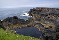 在Eshaness (舍德兰群岛)附近的岩石海岸 免版税库存照片