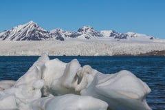 在Esmarkbreen冰川前面的冰在斯瓦尔巴特群岛、蓝色海和天空 库存图片