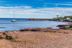 在Esterel断层块法国红色岩石的海滩  库存图片