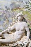 在Estoi宫殿,阿尔加威,葡萄牙的庭院的雕塑和azulejo瓦片 库存图片