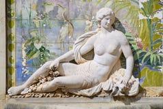 在Estoi宫殿,阿尔加威,葡萄牙的庭院的雕塑和azulejo瓦片 图库摄影