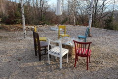 在ethno村庄秋天的空的椅子 免版税库存照片