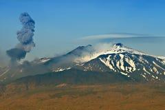 在Etna Vulcano的灰爆发 库存照片