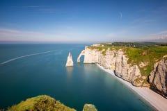 在Etretat使在岩石海岸线的看法环境美化 免版税库存照片
