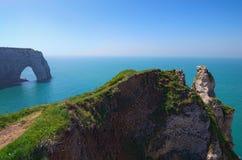 在Etretat峭壁的美丽如画的风景  la Manneporte自然岩石曲拱奇迹、峭壁和海滩 图库摄影