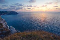在Etretat峭壁的美好的日落,在滨海塞纳省部门的公社在北部法国的诺曼底地区 免版税库存照片