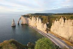 在Etretat白垩cliffsÂ的滑翔伞  库存图片
