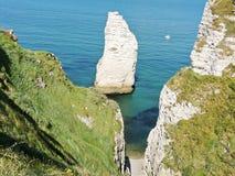 在Etretat附近英吉利海峡海滩的岩石  免版税库存图片