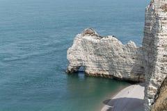 在Etretat Aval峭壁的海岸  免版税库存图片