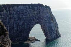在Etretat Aval峭壁的海岸  图库摄影