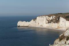 在Etretat Aval峭壁的海岸  免版税库存照片