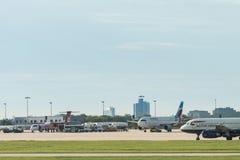 在Eurowings飞机旁边的AirBerlin飞机在斯图加特机场 免版税库存图片