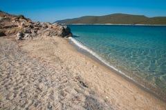 在Evbia海岛上的金黄海滩在希腊 免版税图库摄影