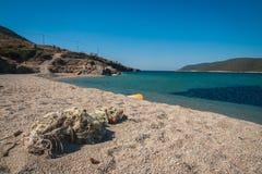 在Evbia海岛上的金黄海滩在希腊 免版税库存照片