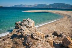 在Evbia海岛上的金黄海滩在希腊 库存图片