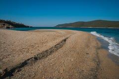 在Evbia海岛上的金黄海滩在希腊 库存照片
