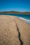 在Evbia海岛上的金黄海滩在希腊 图库摄影