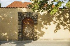 在evrope街道上的美丽的木门 太阳天 免版税库存图片