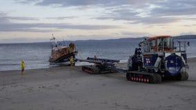 在Exmouth海滩的新的英国救生艇着陆在海上试航以后的德文郡英国 这条小船是最新最敏捷的在RNLI ` s舰队 图库摄影