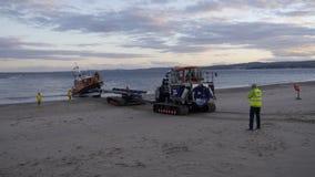在Exmouth海滩的新的英国救生艇着陆在海上试航以后的德文郡英国 这条小船是最新最敏捷的在RNLI ` s舰队 免版税图库摄影