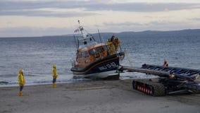 在Exmouth海滩的新的英国救生艇着陆在海上试航以后的德文郡英国 这条小船是最新最敏捷的在RNLI ` s舰队 库存照片