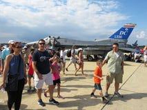 在F-16附近的人们 免版税库存照片