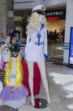 在Fabruary 20日的2月28日-时装模特女孩白肤金发的衣物水手的在商店- 2015年在啤酒舍瓦,内盖夫,以色列 免版税图库摄影