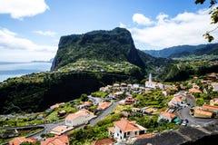 在Faial和Penha de A?  guia或老鹰岩石,马德拉岛,葡萄牙的观点 免版税库存照片
