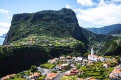 在Faial和Penha de A?  guia或老鹰岩石,马德拉岛,葡萄牙的观点 库存照片