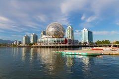 在False Creek的城市地平线有科学世界和小船码头的在温哥华, BC,加拿大 库存图片