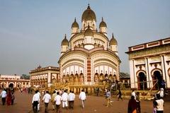 在famouse五颜六色的Dakshineswar卡利市寺庙附近的许多人民 免版税库存图片