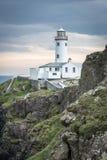 在Fanad头, Donegal,爱尔兰海岸的白色灯塔  库存照片