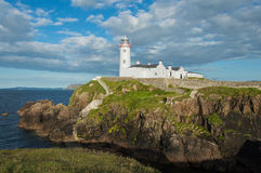在Fanad头, Donegal,爱尔兰的白色灯塔 库存图片