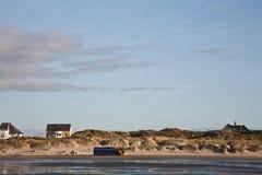在Fanoe海滩海岛上的公开公共汽车运输在丹麦 免版税库存图片