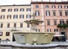 在farnese的广场的喷泉 免版税库存照片