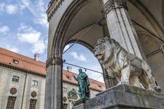 在Feldherrnhalle在Odeonsplatz, Munic前面的狮子雕象 免版税库存照片