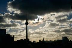 在Fernsehturm塔的喜怒无常的风雨如磐的日落 库存照片