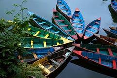 在Fewa湖的五颜六色的木划艇 库存照片