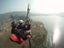 在fewa湖的无所畏惧的飞行 免版税库存图片