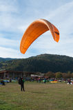在fi登陆的滑翔伞 免版税库存照片