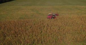 在fieldon的玉米收获和拖拉机空中英尺长度与组合的领域 股票视频