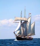 在fira在航行santorini海运船视图附近的希腊海岛之上 库存图片
